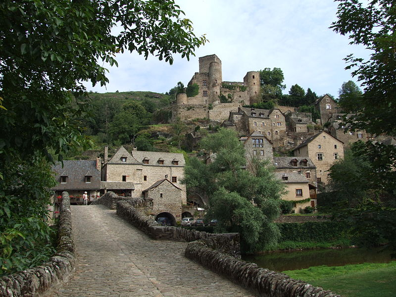 Belcastel in Aveyron, France! You can picture me coming down this path wearing an Edwardian dress, right? I'll find wildflowers somewhere to hold...